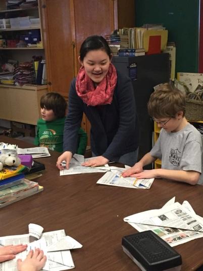 ボランティアで、日本の文化を伝えに行った小学校で生徒と兜を折りました。みんなとても一生懸命で可愛かった。